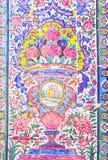 在桃红色清真寺,伊朗墙壁上的美丽的老装饰的绘的马赛克  免版税库存照片