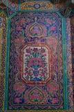 在桃红色清真寺,伊朗墙壁上的美丽的老装饰的绘的马赛克  库存照片