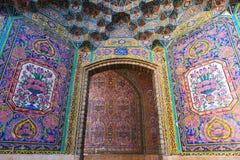 在桃红色清真寺,伊朗墙壁上的美丽的老装饰的绘的马赛克  库存图片