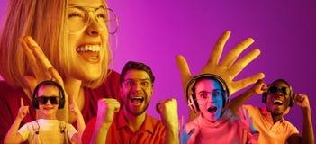 在桃红色演播室背景隔绝的霓虹灯的美丽的年轻人 库存照片