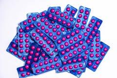 在桃红色片剂药片的异丁苯丙酸在白色背景的蓝色天线罩包装包装与拷贝空间 安心痛苦的异丁苯丙酸 库存照片