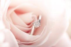 在桃红色玫瑰的定婚戒指 免版税库存图片