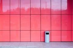 在桃红色瓦片墙壁的背景的垃圾缸  在城市在购物中心 本质上,生活方式 的treadled 库存图片