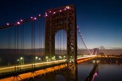 在桃红色的乔治・华盛顿桥梁 免版税库存照片