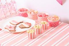 在桃红色的点心桌在女孩党 库存照片
