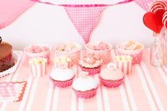 在桃红色的点心桌在女孩生日聚会 免版税图库摄影