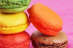 在桃红色的蛋白杏仁饼干 库存照片