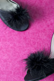 在桃红色的黑性感的骡子拖鞋鞋子 库存图片