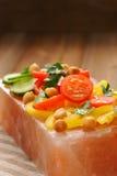 在桃红色盐块的菜沙拉在条纹餐巾 库存图片