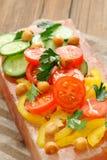 在桃红色盐块的菜沙拉在条纹餐巾 图库摄影
