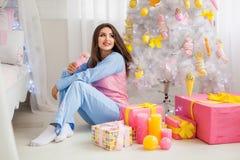 在桃红色睡衣的模型 免版税库存图片