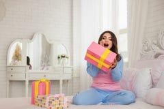 在桃红色睡衣的年轻模型在家 免版税库存照片