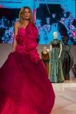 在桃红色礼服的模型在时装表演 库存图片