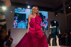 在桃红色礼服的模型 免版税库存照片