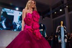 在桃红色礼服的模型 免版税库存图片