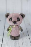 在桃红色礼服种类一的紫色艺术家玩具熊  库存图片
