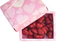 在桃红色箱子的红色装饰心脏, 免版税库存图片