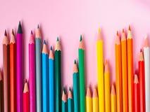 在桃红色纸背景的色的铅笔绘画颜色圈子的 库存照片
