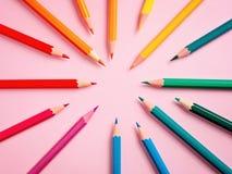 在桃红色纸背景的色的铅笔绘画颜色圈子的 库存图片