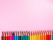 在桃红色纸背景的色的铅笔绘画颜色圈子的 免版税图库摄影