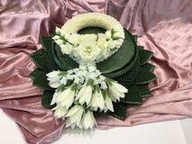 在桃红色织品背景的白色手工制造花束花传统样式 免版税库存图片