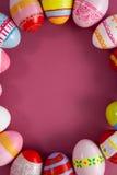 在桃红色背景安排的各种各样的复活节彩蛋 免版税库存照片