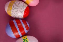 在桃红色背景安排的各种各样的复活节彩蛋 库存图片