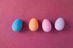 在桃红色背景安排的复活节彩蛋 库存图片