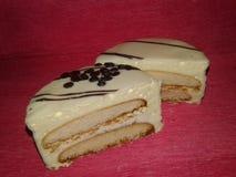 在桃红色背景的一块圆的白蛋糕 免版税库存图片