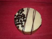 在桃红色背景的一块圆的白蛋糕 库存照片