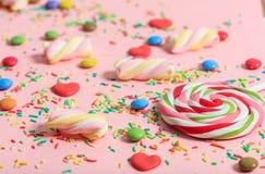 在桃红色背景的五颜六色的糖果 库存图片