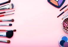 在桃红色背景的化妆用品 顶视图 库存图片