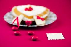 在桃红色背景的华伦泰蛋糕 库存图片