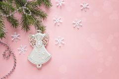 在桃红色背景的圣诞节天使 复制空间 库存照片