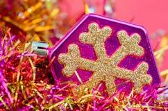 在桃红色背景的圣诞节树玩具 库存照片