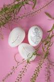 在桃红色背景的复活节彩蛋 库存图片