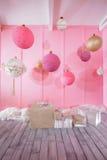 在桃红色背景的大圣诞节球在儿童居室 免版税图库摄影