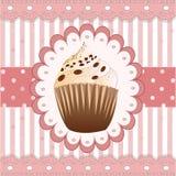 在桃红色背景的巧克力杯形蛋糕 免版税库存图片