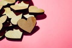在桃红色背景的心脏,在许多其他心脏旁边 免版税库存图片