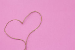 在桃红色背景的心脏绳索 免版税库存照片