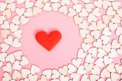在桃红色背景的木心脏有一个礼物盒 免版税库存图片