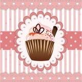 在桃红色背景的杯形蛋糕用桂香 免版税库存图片