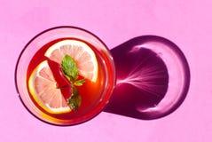 在桃红色背景的柠檬水 免版税库存照片