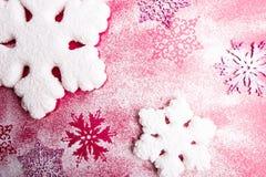 在桃红色背景的桃红色和白色雪花 抽象空白背景圣诞节黑暗的装饰设计模式红色的星形 顶视图 复制空间 装饰雪 库存照片