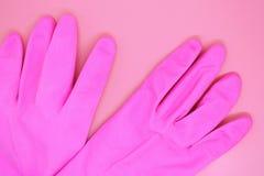 在桃红色背景的桃红色手套特写镜头, 免版税库存照片