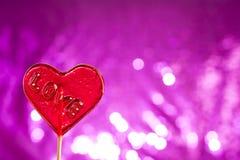 在桃红色背景的棒棒糖心脏 免版税库存图片