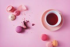在桃红色背景的法国曲奇饼 库存图片