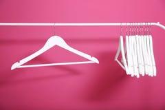 在桃红色背景的现代挂衣架 库存照片