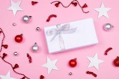 在桃红色背景的白色礼物盒 免版税库存照片