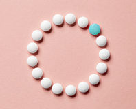 在桃红色背景的白色药片 免版税库存照片